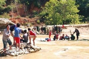 Khẩn trương làm cầu tạm cho học sinh và phục vụ cứu trợ