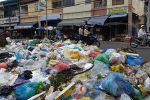 Hàng trăm tấn rác ứ đọng khắp Bảo Lộc, xe chở rác 'án binh bất động'