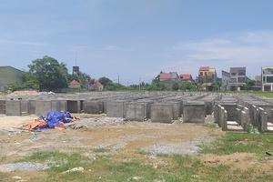 Sân bóng thành nơi đổ cấu kiện bê tông: Phường ra quyết định đình chỉ