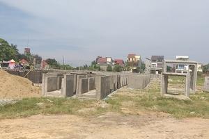 Hà Tĩnh: Sân bóng phường thành nơi đổ cấu kiện bê tông