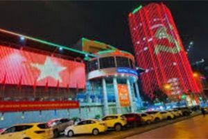 Video: Nhiều tòa nhà chiếu đèn led chào mừng Đại hội Đảng XIII