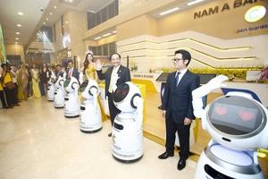 Ngân hàng đầu tiên có robot thông minh phục vụ khách hàng