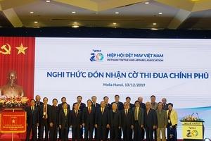 Hiệp hội Dệt may Việt Nam đón nhận Cờ thì đua Chính phủ