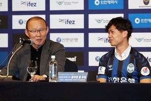 """Công Phượng: Xúc động cử chỉ """"người cha"""" của HLV Park Hang Seo..."""