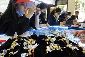 Giá vàng cao, người dân Hà Tĩnh vẫn nhộn nhịp mua vàng cầu may