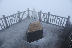 Giữa tháng 2, tuyết bất ngờ rơi trên đỉnh Fansipan
