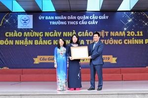 Trường THCS Cầu Giấy đón nhận bằng khen của Thủ tướng trong ngày Nhà giáo Việt Nam