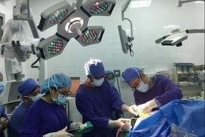 Lần đầu tiên tại Việt Nam: Bệnh nhân vẫn hát trong lúc bác sĩ mổ u não