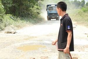 """Quảng Bình: Xe quá tải """"cày nát"""" đường dân sinh"""