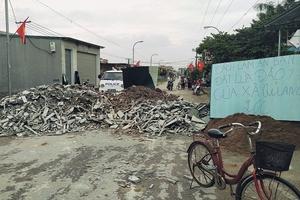 Dân đổ đất chặn đường vì chính quyền không thực hiện mặt bằng đúng cam kết