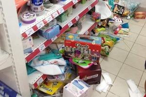 Tranh vét siêu thị Auchan trước ngày đóng cửa, người dùng Việt xấu xí vứt hàng bừa bãi, ăn bánh, uống nước không trả tiền