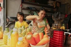 Nước ép hoa quả tràn vỉa hè Hà Nội: Bán rẻ bằng 1/3, ngày vẫn thu bạc triệu