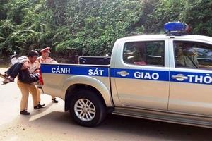 CSGT Thanh Hóa đưa người gặp nạn ven đường đi cấp cứu