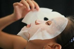 Cảnh báo mặt nạ giấy làm trắng giá rẻ gây độc hại với sức khỏe