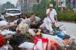 Đường phố Sơn Tây bị thu hẹp vì rác chất đống