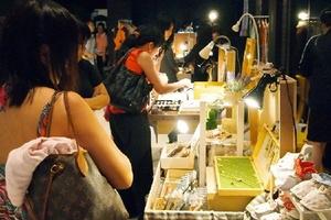 Đi Singapore đừng chỉ chăm chăm mua sắm ở trung tâm thương mại, còn nhiều chợ phiên thú vị với đồ đẹp rẻ