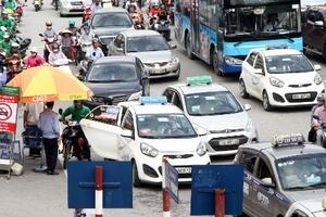 Taxi 'dàn trận' trước cổng bệnh viện Bạch Mai, xe cứu thương nhích từng đoạn