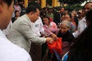 Báo Đời sống và Tiêu dùng cùng các nhà hảo tâm trao quà động viên người dân vùng lũ Nho Quan - Ninh Bình