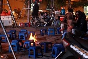 Người Hà Nội đốt lửa sưởi ấm trong đêm đông rét buốt