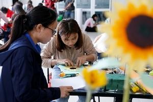 Sinh viên làm 1.000 đóa hoa hướng dương vì bệnh nhi ung thư
