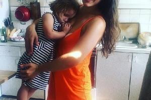 Chồng phản đối, blogger nổi tiếng vẫn cho con 5 tuổi bú mẹ