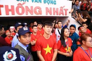 Người hâm mộ 'bùng nổ' khi U23 Việt Nam đến giao lưu