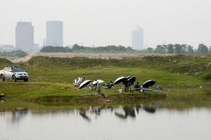 Bờ sông Hồng thành địa điểm giải trí ngày hè