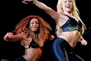 Shakira và Pique tình tứ trên sân khấu