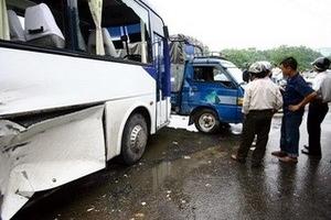 Xe khách đâm xe tải, 17 người chết và bị thương
