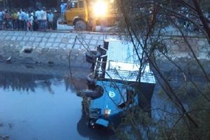 Xe 'điên' gây tai nạn bỏ chạy bị nhào xuống kênh