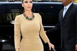 """Kim Kardashian """"kín cổng cao tường"""" vẫn…. sexy"""