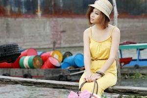 Đàm Thu Trang diện đầm chơi trên sông nước