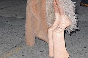 """""""Sốc lên sốc xuống"""" với quả giầy cà kheo của Lady Gaga"""