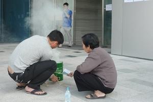 Bị cắt điện, dân Keangnam nấu cơm bằng than