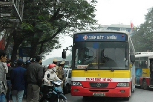 """Xe buýt và xe taxi """"đua' trên phố."""