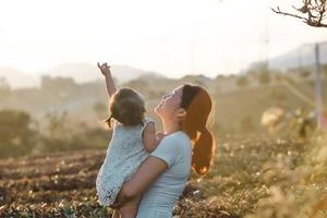 """Bộ ảnh """"Đưa con đi khắp thế gian"""" của đôi vợ chồng trẻ"""