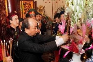Thủ tướng Nguyễn Xuân Phúc cùng hàng vạn người dân dâng hương giỗ Tổ Hùng Vương