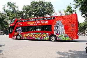 Xe buýt 2 tầng nổi bật chạy quanh phố Hà Nội