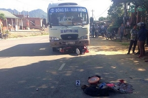 Xe buýt tông xe máy, 4 người trong gia đình thương vong