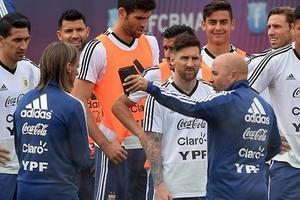 Argentina lên đường dự World Cup sau 10 ngày sóng gió tại Barcelona