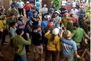 Trưởng công an huyện bị hất cả xô nước phân lợn vào người