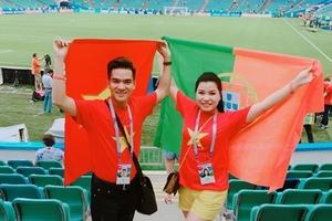 Ca sĩ Hữu Tuấn, Bùi Thuý mang quốc kỳ Việt Nam đến khán đài World Cup