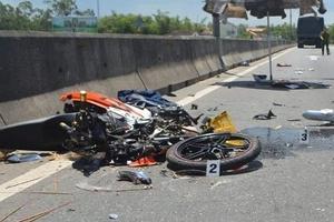 Quảng Nam: Xe máy va chạm xe tải, 2 người thương vong