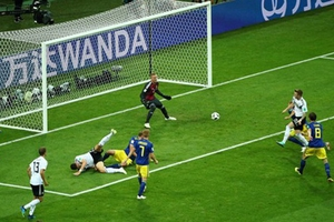Đức 2-1 Thụy Điển: 10 người Đức lội ngược dòng