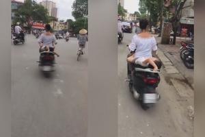 Hà Nội: 'Con nằm trên yên xe máy, mẹ đầu trần chạy băng băng'