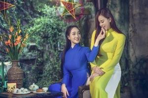 """Hai nữ hoàng đá quý """"đốn tim"""" trong tà áo dài đón Trung Thu"""