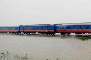 Giao thông các tỉnh miền Trung ảnh hưởng nặng nề do mưa lũ