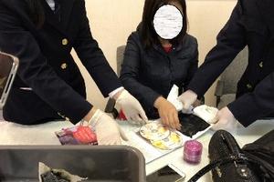 Tạm giữ một phụ nữ mang cocain trong hành lý ở sân bay Tân Sơn Nhất