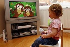Vì sao trẻ chậm nói thích xem tivi, smartphone?