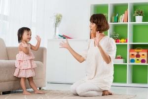 """""""Liều thuốc"""" đầu tiên cho trẻ chậm nói là sự tương tác"""